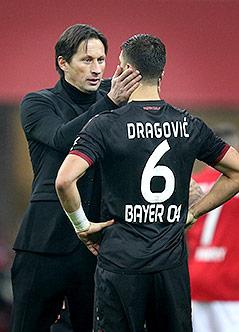 Trainer  Roger Schmidt und Aleksandar Dragovic (Bayer Leverkusen)