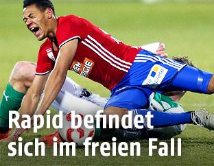 Joelinton Cassio Apolinario de Lira (Rapid) wird von einem Mattersburg Spieler zu Fall gebracht