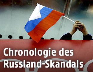 Zuschauer hält eine russische Fahne
