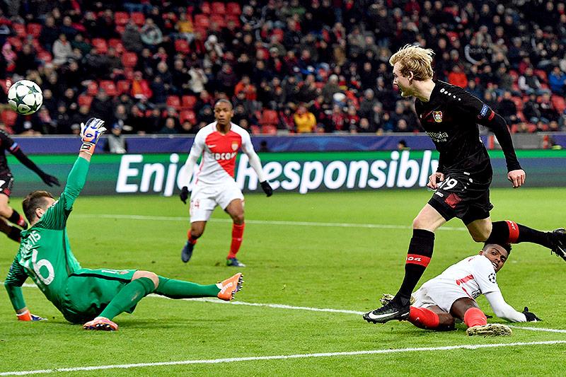 Leverkusens Julian Brandt schießt ein Tor gegen Monaco