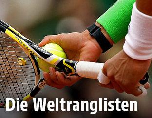 Hand mit Tennisschläger
