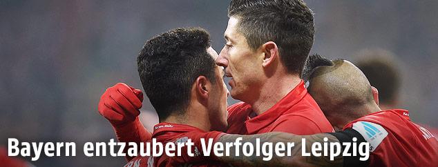 Robert Lewandowski (Bayern) jubelt mit Mitspielern