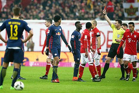 Emil Forsberg (Leipzig) sieht die rote Karte