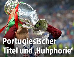 Christiano Ronaldo (POR) mit dem EM-Pokal