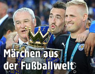 Trainer Claudio Ranieri, Christian Fuchs und Kasper Schmeichel (Leicester)
