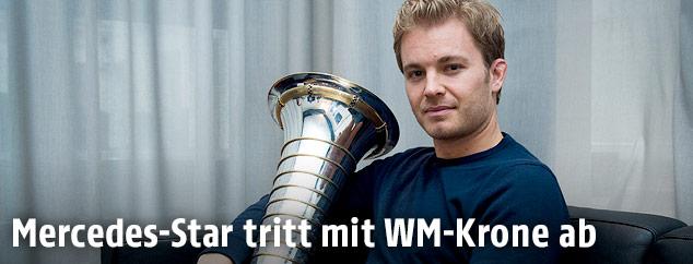 Nico Rosberg mit WM-Pokal