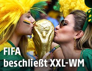 Fans mit dem Weltmeister-Pokal