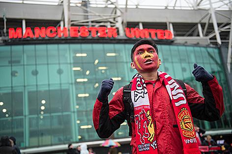 Fan von Manchester United vor dem Old Trafford Stadion in Manchester