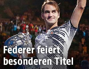 Roger Federer mit Pokal