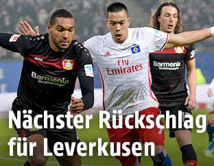 Jonathan Tah (Leverkusen) und Bobby Wood (HSV)