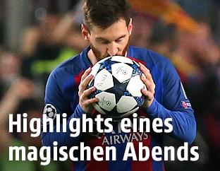 Lionel Messi (Barcelona) küsst den Ball