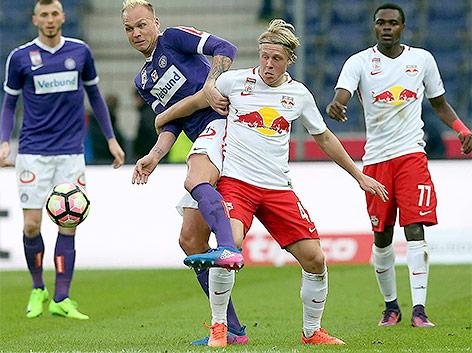 Raphael Holzhauser (FK Austria Wien/li) gegen Xaver Schlager (FC Red Bull Salzburg/re)