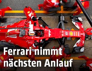 Sebastian Vettel beim Reifenwechseln in der Box