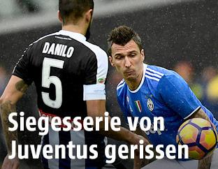 Danilo Larangeira (Udinese) und Mario Mandzukic (Juventus)