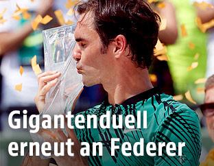 Roger Federer (SUI) mit Trophäe