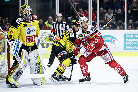 David Kickert (Capitals), Ryan Connor McKiernan (Capitals) und Stefan Geier (KAC)