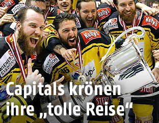 Spieler der Vienna Capitals jubeln mit dem Meisterpokal