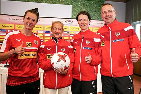 Viktoria Schnaderbeck, Kathrin Zechner (ORF), Isabell Hochstoeger und head coach Dominik Thalhammer (AUT)