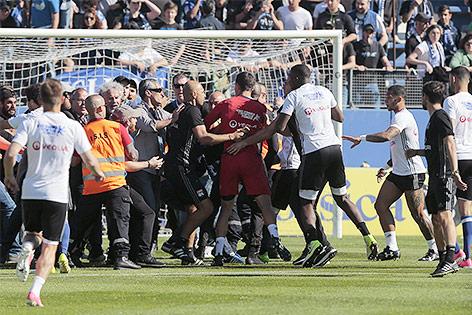 Platzsturm von Bastia-Fans im Spiel Bastia gegen Lyon