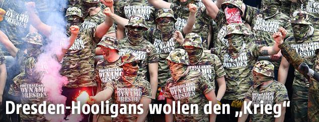 Fans von Dynamo Dresden in Militär-Outfits