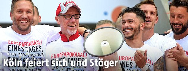 Köln-Trainer Peter Stöger feiert mit seinen Spielern