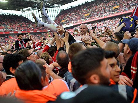 Köln-Spieler feiern mit Fans im Stadion