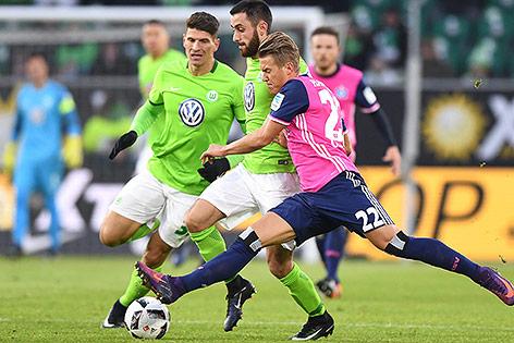Mario Gomez, Yunus Malli (Wolfsburg) und Matthias Ostrzolek (HSV)