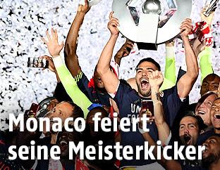 Monaco Spieler jubeln mit der Meisterschale