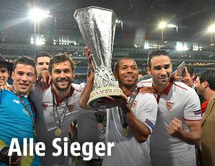 Sevilla-Spieler mit EL-Pokal