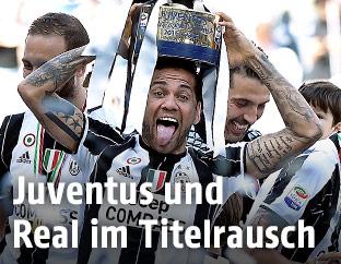 Dani Alves (Juve) jubelt mit Pokal