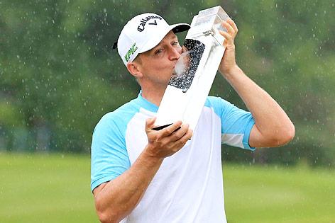 Der schwedische Golfer Alex Noren küsst den Siegerpokal von Wentworth