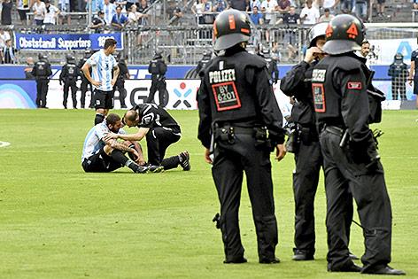 Sicherheitskräfte der Polizei am Spielfeld