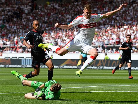 Simon Terodde (VfB Stuttgart) gegen Joerg Siebenhandl (Wuerzburg)