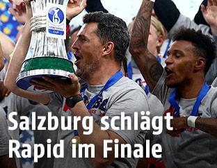 Salzburg-Trainer Oscar Garcia und Spieler mit Pokal