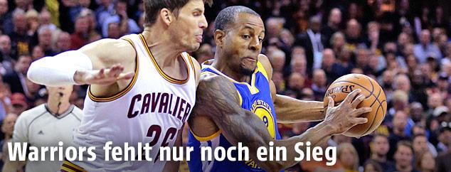 Andre Iguodala (Golden State Warriors) gegen Kyle Korver (Cleveland Cavaliers)