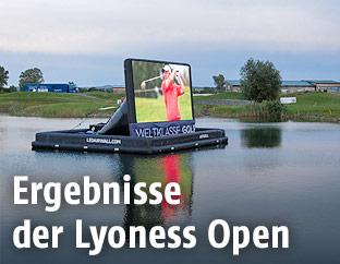 Ein am Wasser schwimmender Bildschirm am Country Club von Atzenbrugg