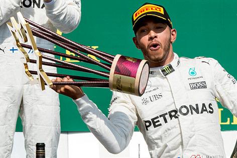 Jubel von Lewis Hamilton mit Pokal