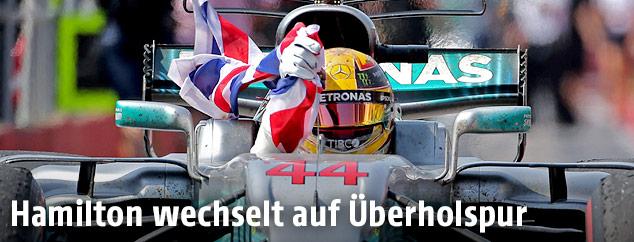 Lewis Hamilton mit britischer Flagge