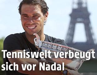 Rafael Nadal (ESP) mit Trophäe vor dem Eiffelturm in Paris
