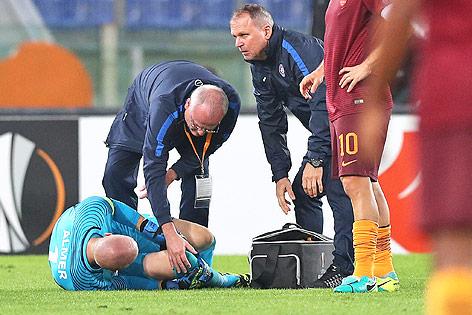 Ein verletzter Robert Almer (Austria) im Spiel gegen AS Roma