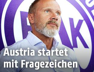 Austria-Trainer Thorsten Fink vor dem Austria-Logo
