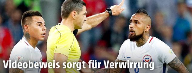 Arturo Vidal diskutiert mit Schiedsrichter
