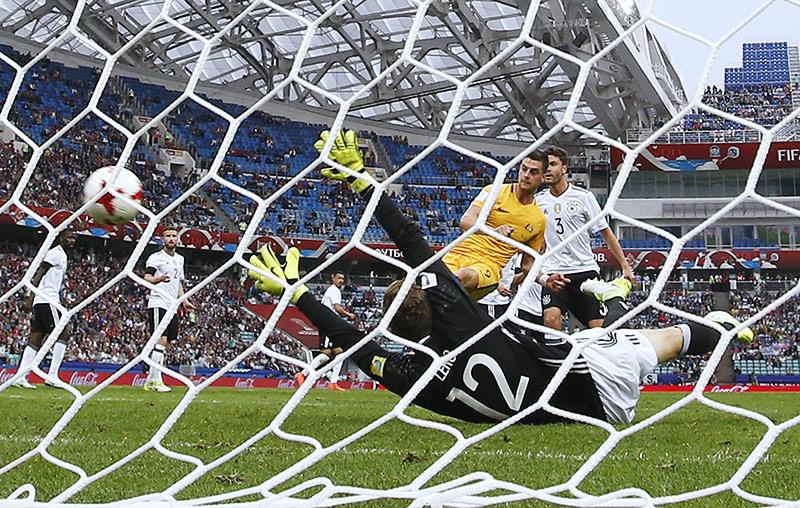 Tomi Juric (AUS) bringt den Ball ins deutsche Tornetz