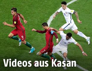 Cristiano Ronaldo (Portugal) kämpft um den Ball