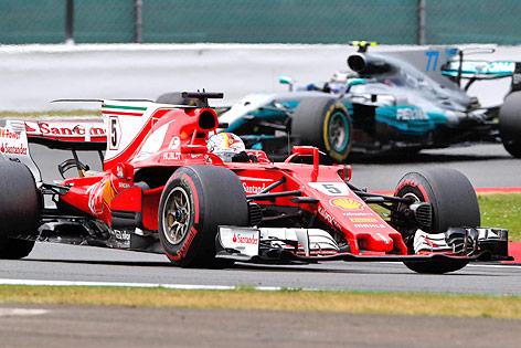 Sebastian Vettel (Ferrari) vor Valtteri Bottas (Mercedes)