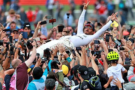 Lewis Hamilton (Mercedes) lässt sich jubelnd von der Menge tragen