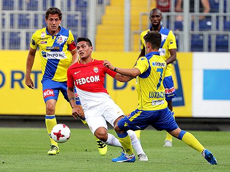Lukas Thuerauer und and Daniel Luxbacher (St.Pölten) gegen Lopes Mesquita (Monaco)