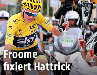 Chris Froome mit Champagnerglas