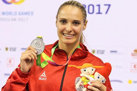 Karatekämpferin Alisa Buchinger mit Medaille