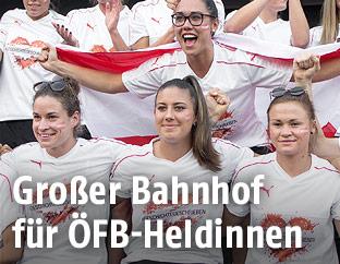 Österreichische Nationalspielerinnen beim Empfang am Rathausplatz